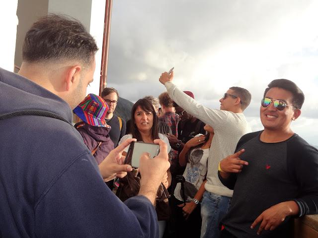 モンセラーテの丘で外国人観光客が記念撮影