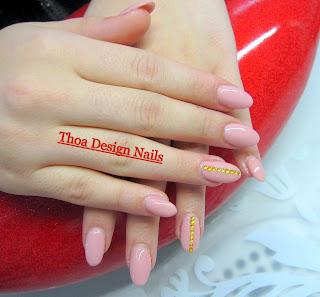 Nude Farbe Nägel mit Strasssteine
