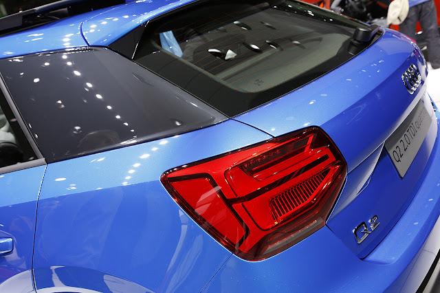 audi q2 blu elettrico con blade montante posteriore colore nero