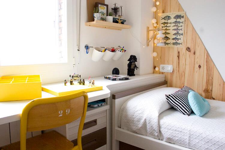dormitorio infantil con friso en la pared