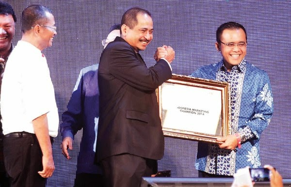 Azwar anas meraih penghargaan marketeer of the year 2014.