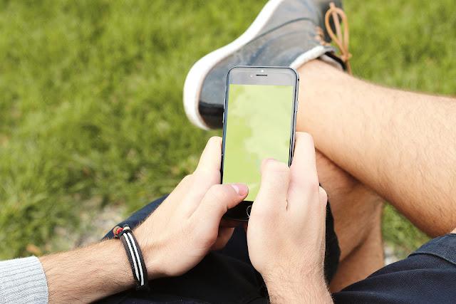 Posisi-Posisi 'Wuenak' Menggunakan Gadget yang Tidak Baik untuk Kesehatan