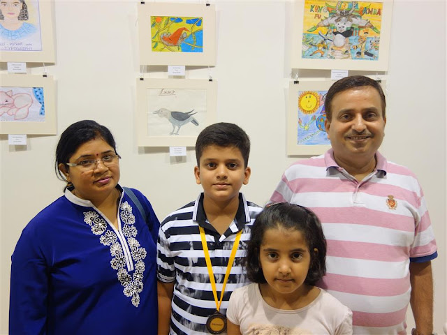 Nilesh Mishra with his medal along with parents at Khula Aasmaan exhibition (www.indiaart.com)