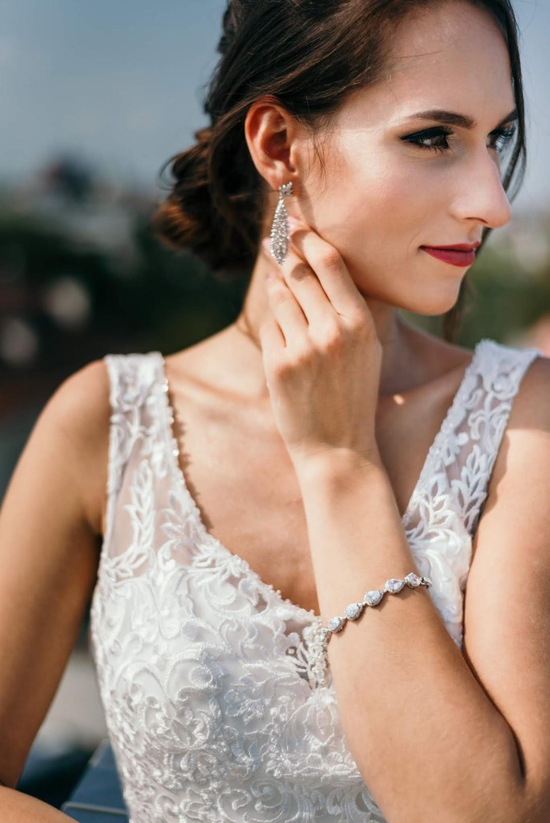 Komplet biżuterii ślubnej z cyrkoniami.