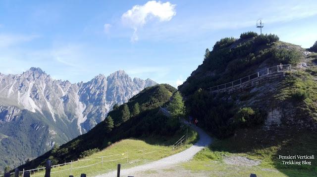 L'inizio in salita del sentiero vero la piattaforma panoramica Stubai Blick
