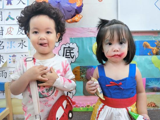 童心園幼兒園孩子在臉上或衣服畫上俏皮的萬聖妝。