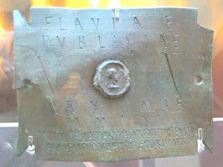 FLAVIAE PUBLICAE V[IRGINIS] V[ESTALIS] MAXIMAE IMMVNIS IN NAVCELLA MARINA CVMBVS PORT[V]ENSIS PARASEMO PORPHYRIS EUDROMUS [SERVUS]