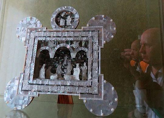 """""""Adoracja Dzieciątka"""" wykonana z masy perłowej i drewna - dar Jasira Arafata, Przewodniczącego Autonomii Palestyńskiej (Palestyna, po 1978 r.)."""