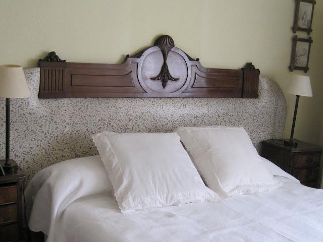 y en esta otra foto la otra pieza recuperada nuestro ebanista las restaur pues formaban parte de un lote de cabecero y pie de cama antiguo