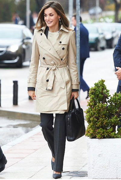 Queen Letizia wore HUGO BOSS Cascadia Double Breasted Trench, Boss suit and blouse, UTERQUE High heel fabric shoes in Grey