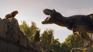 jurassic world el reino caido: el t-rex cara a cara con el rey de la selva en un nuevo spot