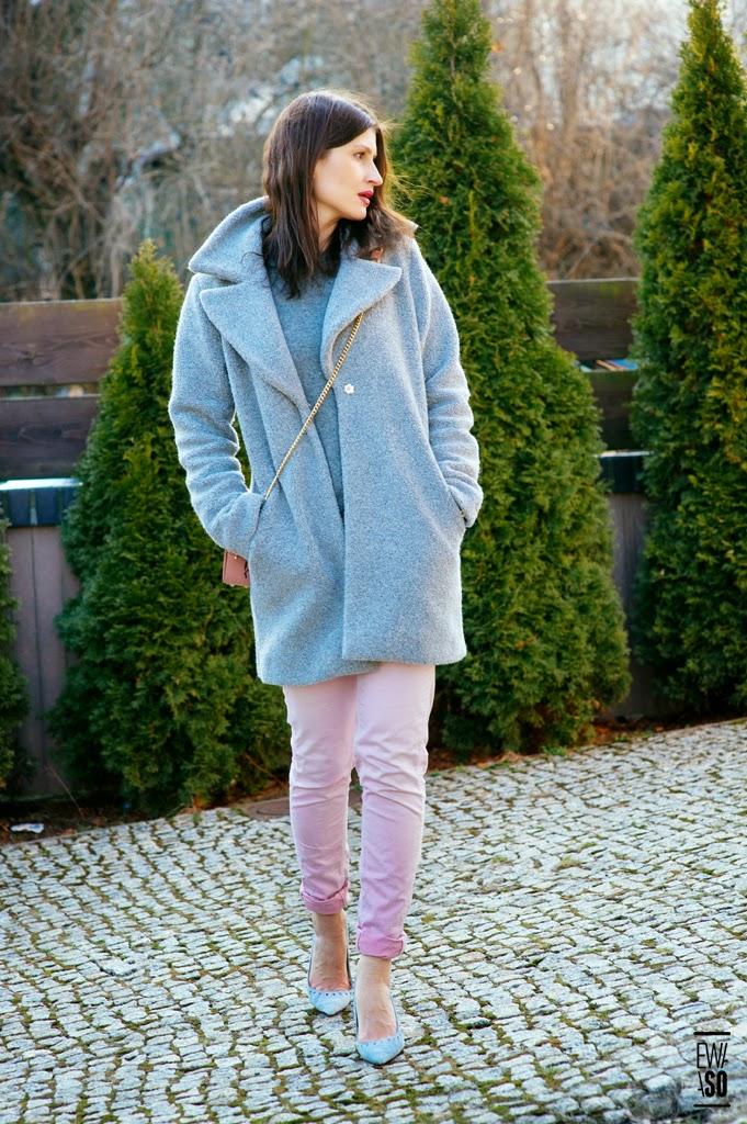 szary, plaszcz, jak nosic, kolorowe kopertowki, pastele zima, pastelowe, blekitne szpilki