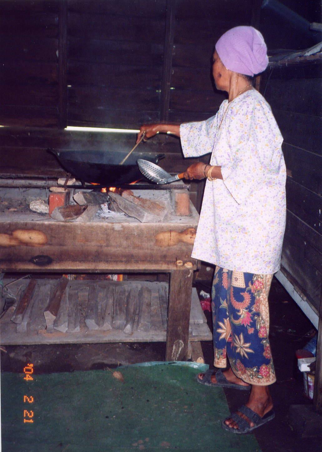 Buluh Kecil Dijadikan Peniup Untuk Menyemarn Pembakaran