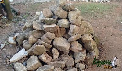 Pedra para piso de pedra, tipo pedra moledo, com espessura de 10 cm a 20 cm.