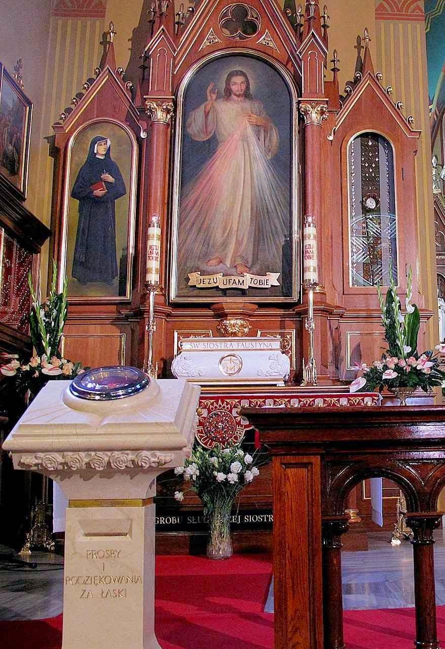 Urna com os restos de Santa Faustina (em mármore branco). Santuário da Divina Misericórdia, Cracóvia, Polônia