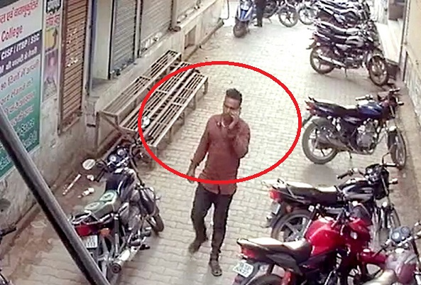 शातिर बाइक चोर है तस्वीर में दिखने वाला युवक, इसे पहचाने, शेयर कर पकड़वाएं
