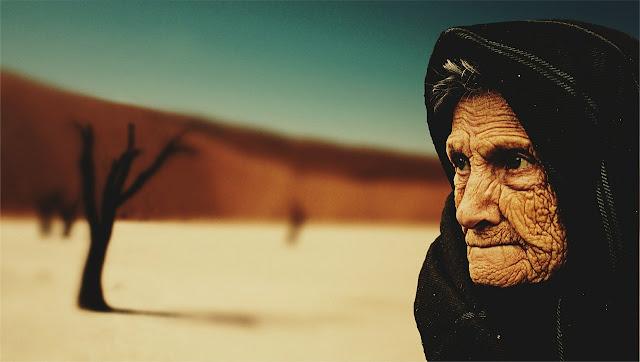 mujer anciana beduina desierto
