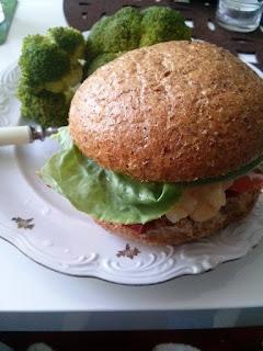 Burger wołowy w razowej bułce