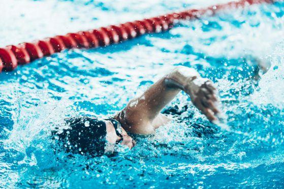 Чем полезно плаванье и почему стоит посещать бассейн