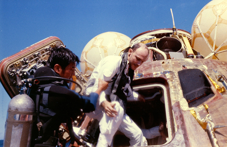 Аполло́н-16 Приводнение 4
