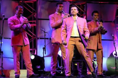 Foto de La Arrolladora Banda El Limón en el escenario