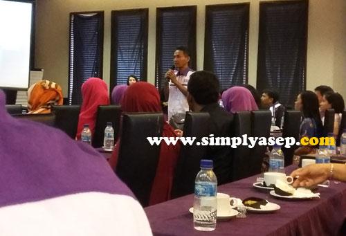 TANYA :  Bapak Dedy Firnas mengajukan pertanyaan kepada dr.H.M Tsani Musyafa M.Kes, SpOT  di Health Seminar Milagros Perdana di Pontianak  Foto Asep Haryono