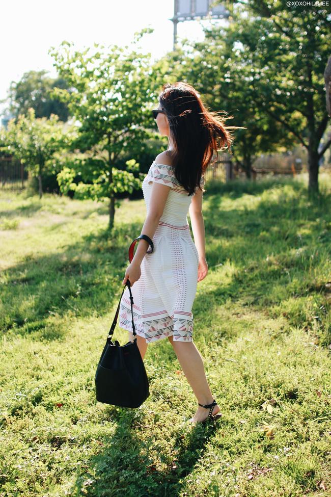 日本人ファッションブロガー、ミズホK、今日のコーディネート、オフショルダーワンピース、ブラックバケツバッグ、スタッズフラットサンダル、甘辛ガーリー