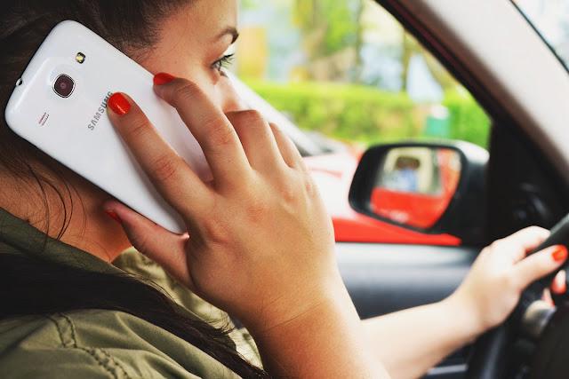 devojka-prica-na-telefonu-u-kolima-jednosmerno-prijateljstvo
