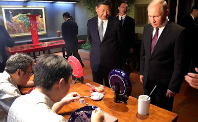 Vladimir Putin at an exhibition of Chinese arts and crafts. With President of China Xi Jinping.