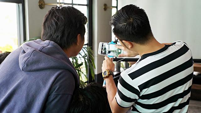 Renhard Harjanto menjelaskan cara pengambilan gambar OPPO F1s Selfie Expert