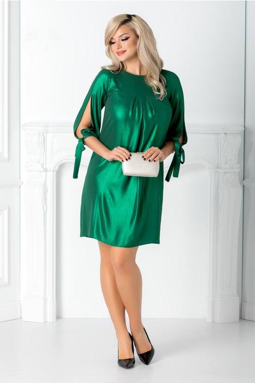 Rochie verde metalizat eleganta  Decolteu oval  Pliuri maxi la bust  Croi lejer