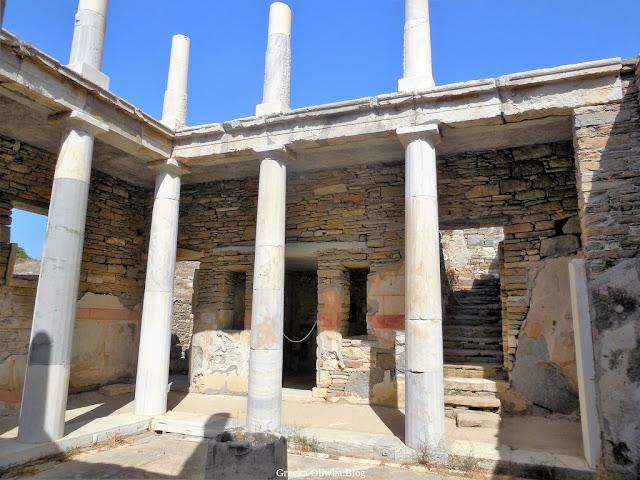 wnętrze Domu Hermesa, kolumny. schody, dziedziniec Delos Grecja