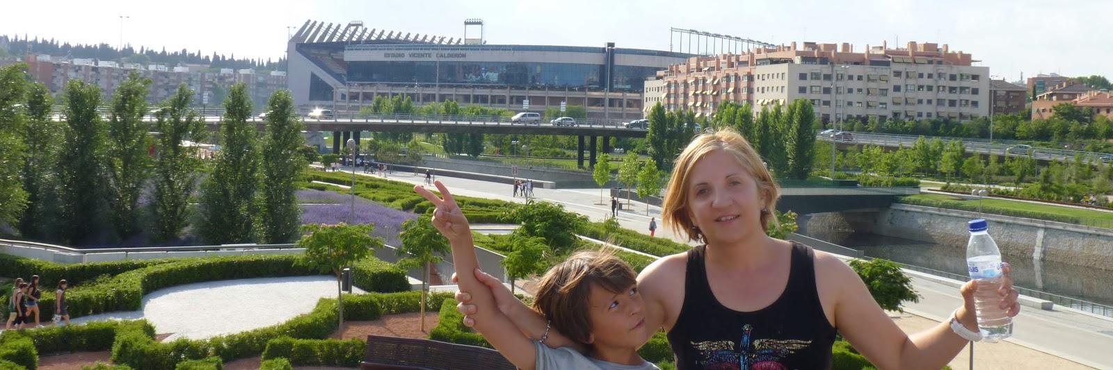 Izan y Yolanda frente al estadio Vicente Calderón.