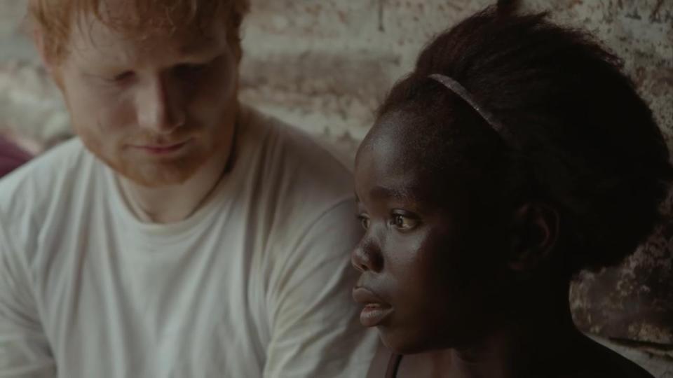 Ed Sheeran llora después de cantar con niña que perdió a padre por el Ébola en Liberia