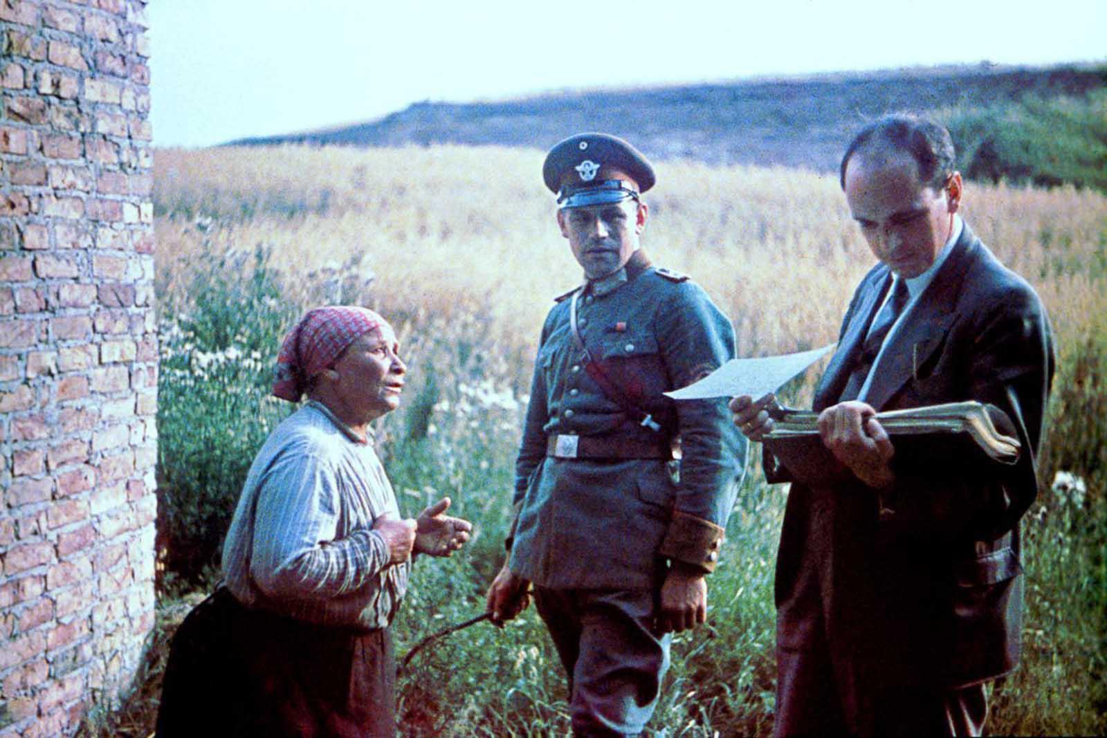 El Dr. Robert Ritter realiza una entrevista con una mujer gitana. 1938.