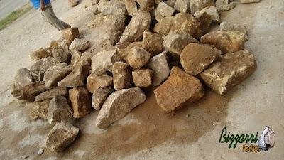 Pedra chapada, tipo pedra moledo, com tamanhos variados, para pisadeira de pedra no jardim.