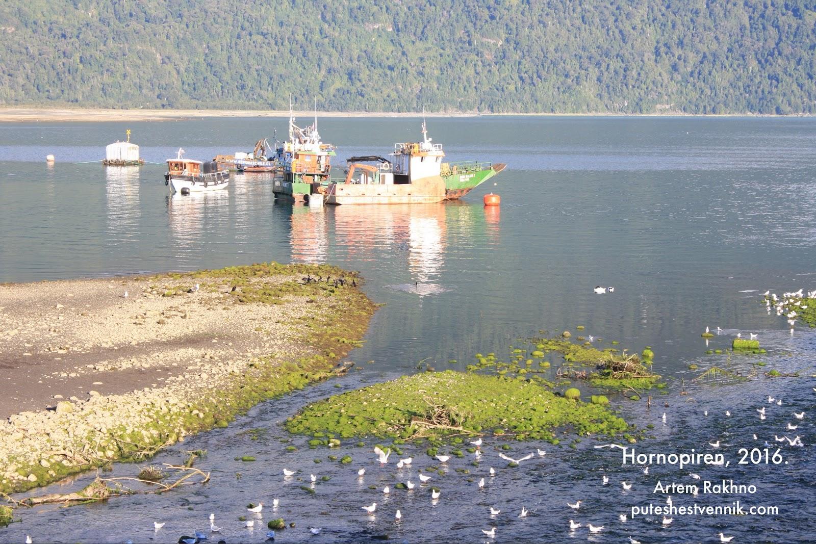 Лодки в морском заливе в Чили