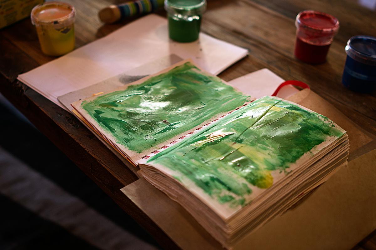 Art journal med sidor målade med fingerfärg.