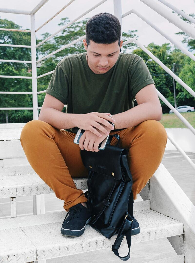 Look Masculino com Camiseta Verde Militar e Calça terrosa marrom