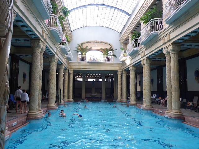piscine intérieure des bains Gellert Budapest Hongrie