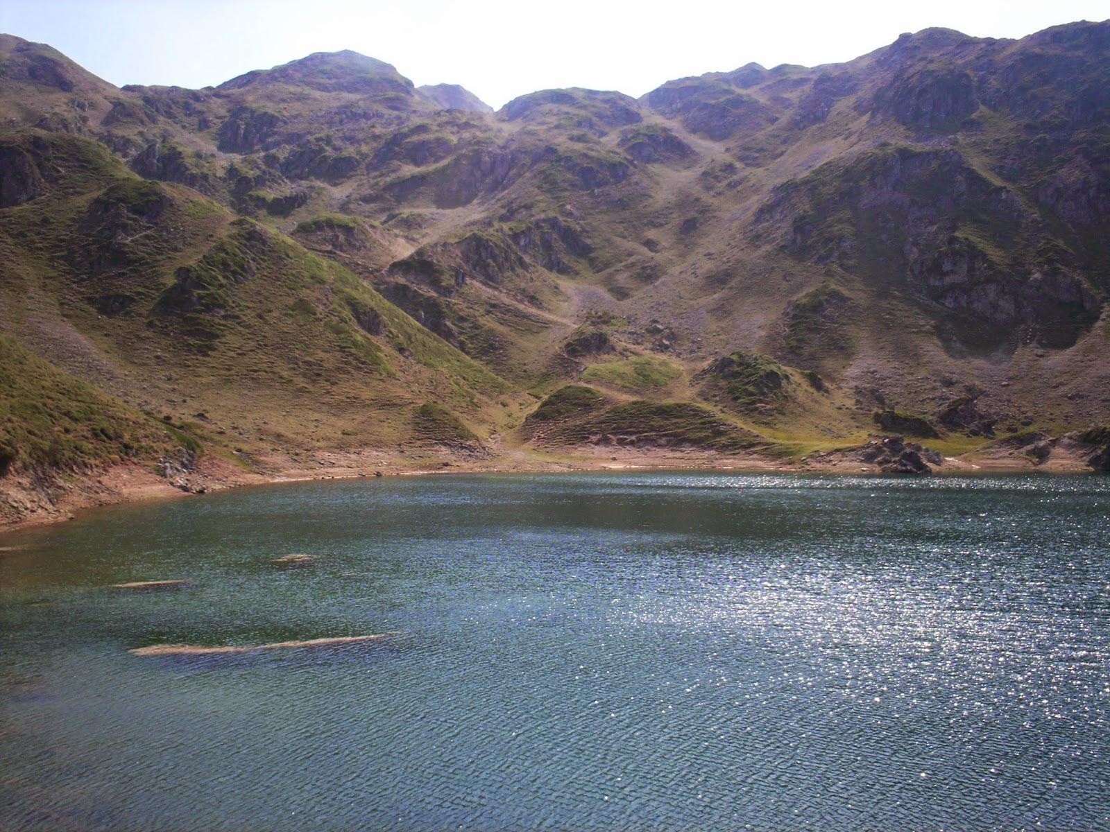 Lago Calabazosa con el pico del mismo nombre al fondo.
