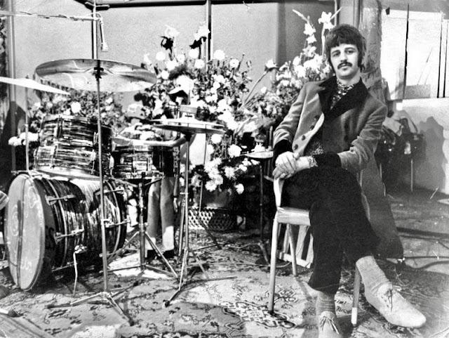 Ringo Starr és a virággal díszített dob