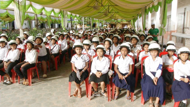 Des casques pour les écoliers de Siem Reap. Photographie AKP