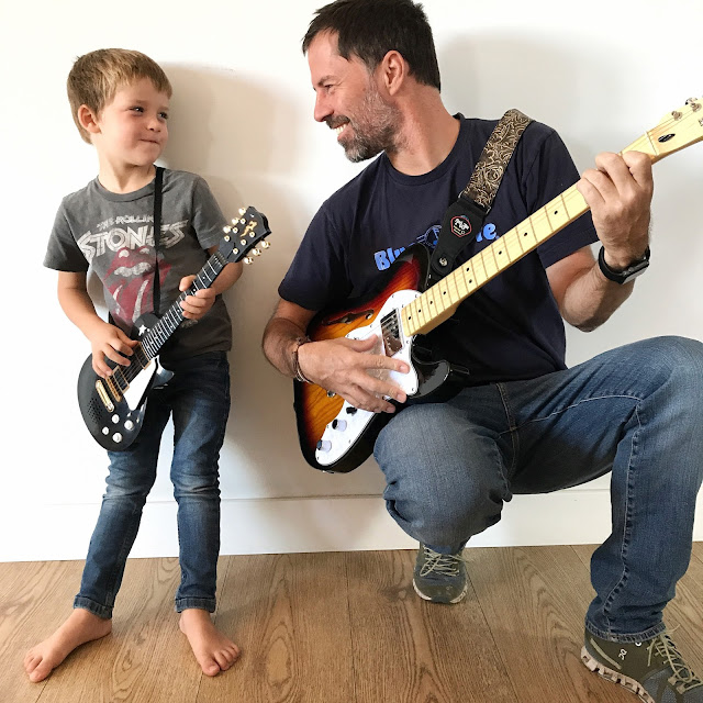 Padre e hijo con guitarras eléctricas