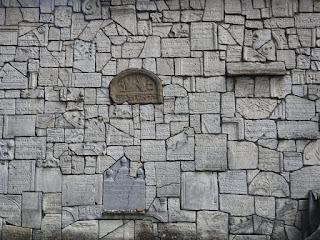 קיר בית הקברות חופה בשברי המצבות