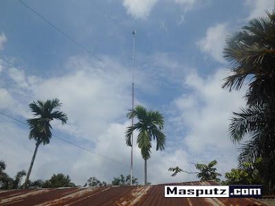 memasang antena induksi pada tiang
