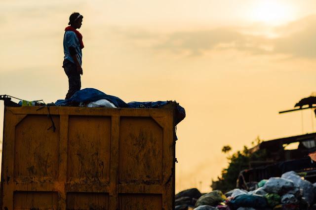 Rebuscador de basura sobre un camión, en Filipinas