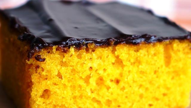 Imagem de Bolo de Cenoura Liquidificador bem fofinho e gostoso com calda ganache de chocolate  liquida. Receitas no blog Receitas da Bebel