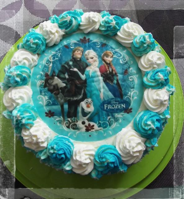 tort dla dzieci elza kraina lodu frozen malinowy biszkopt bita smietana bialo niebieski oplatek na tort
