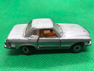 メルセデスベンツ 450SL のおんぼろミニカーを側面から撮影